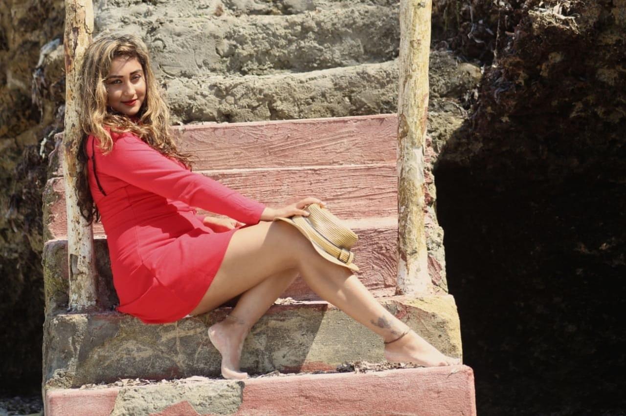 femme portant une robe bohème rouge