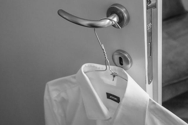 chemise grande taille sur un cintre